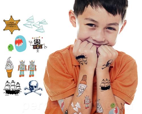 Los tatuajes de henna y las estampitas son para niños.